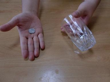 コインがコップを貫通するマジック1